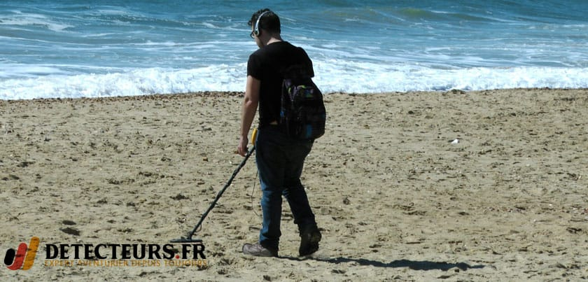 Un détecteur de métaux sur la plage